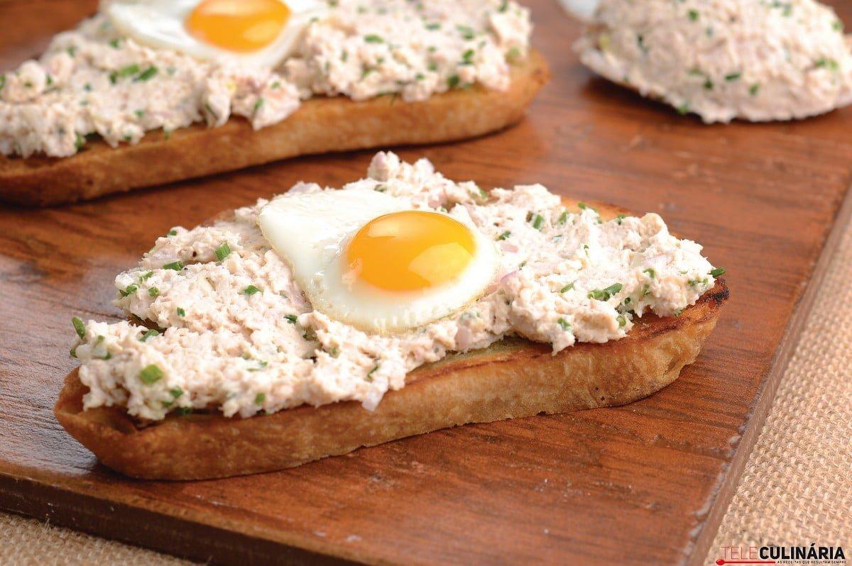 tostas de alho com pate de frango e ovos de codorniz