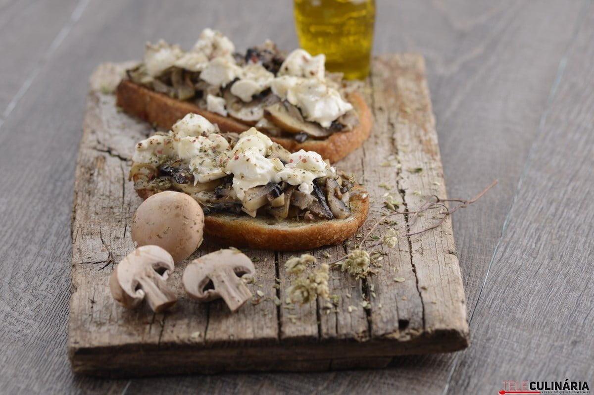 tostas de cogumelos e queijo de cabra gratinado