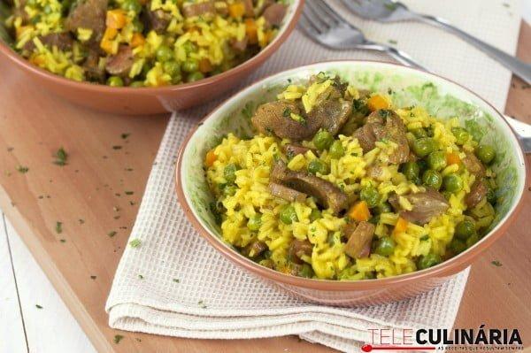 arroz de legumes com carne e salsichas