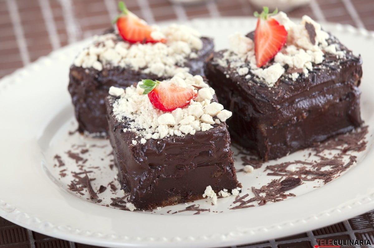 bolo de chocolate e suspiros