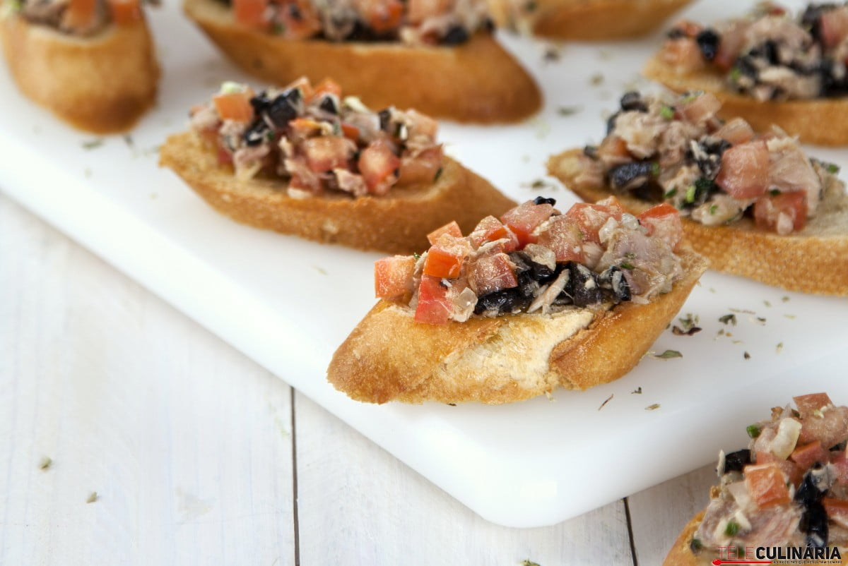bruschetta de tomate atum e azeitonas