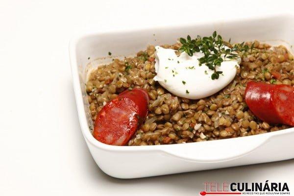lentilhas com chourico e ovos escalfados