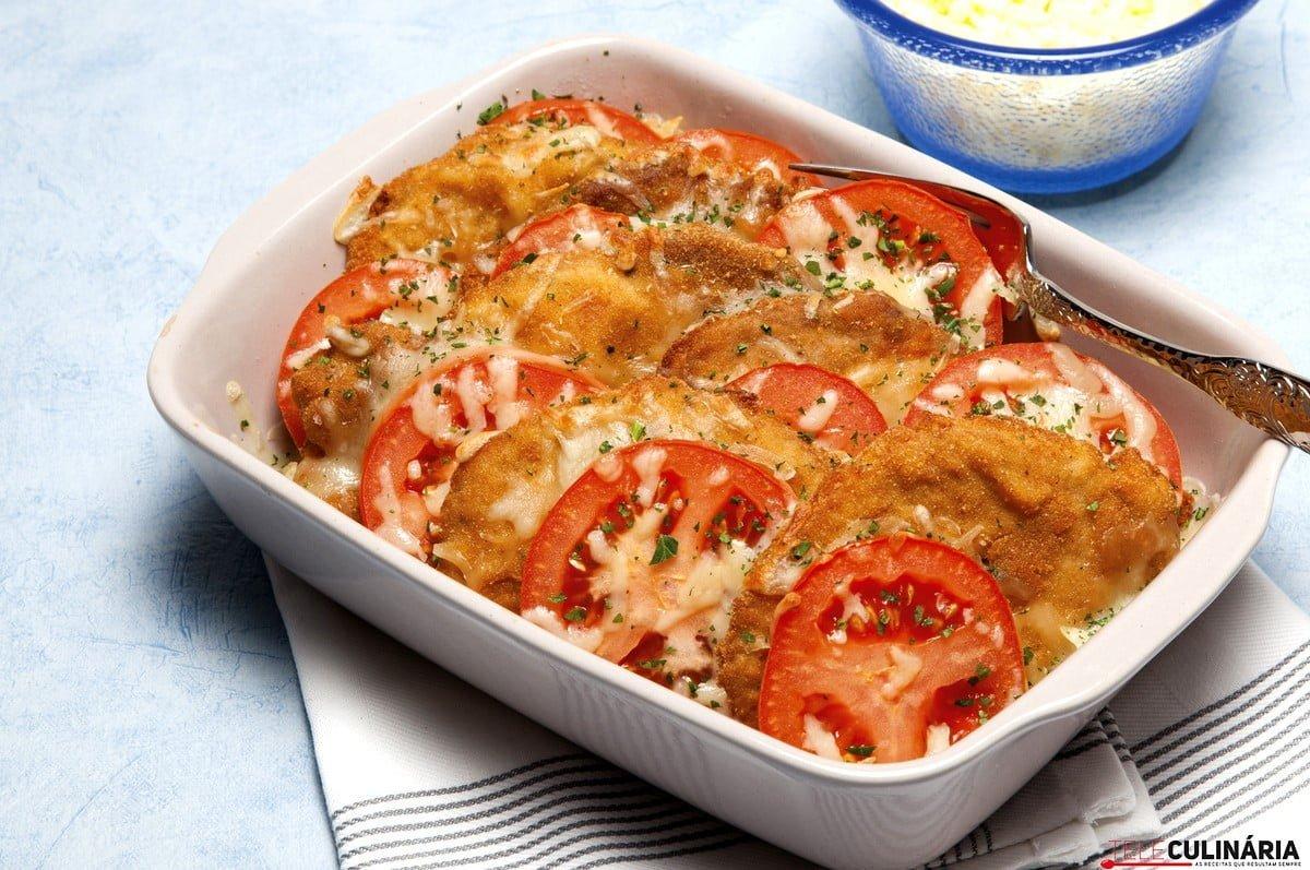 lombo de porco panado com tomate e queijo