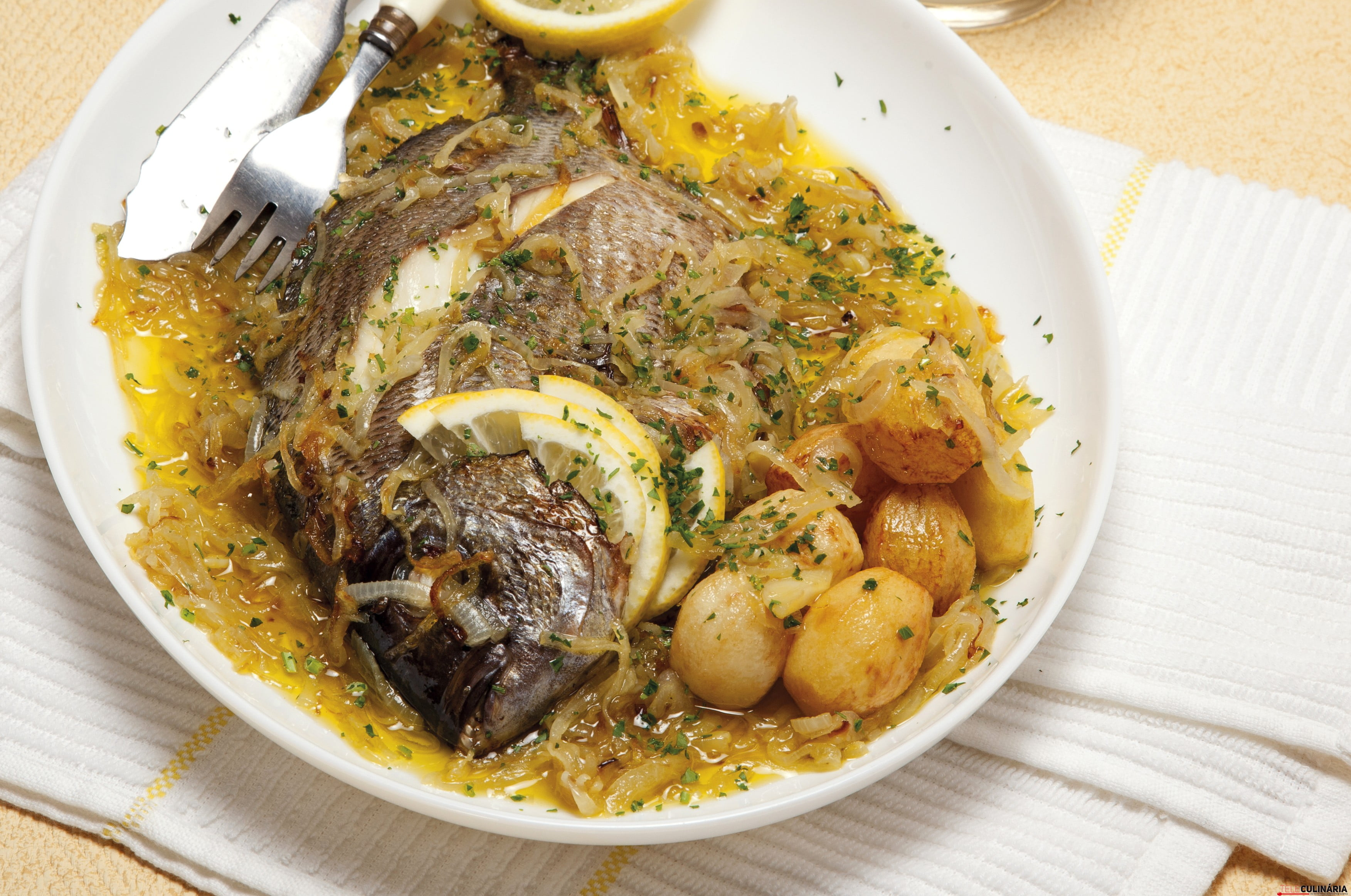 peixe assado no forno com hortela