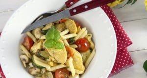 Penne salteado com frango, caril e legumes