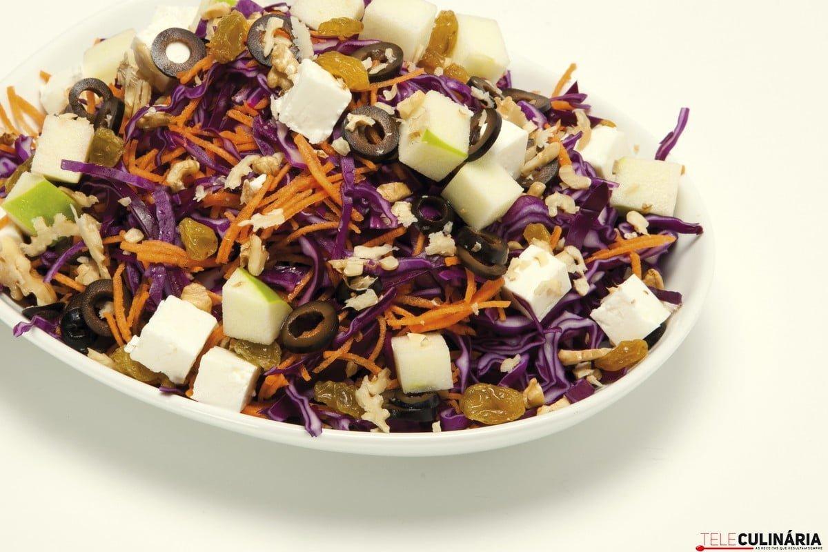 salada de couve roxa com maca e queijo feta