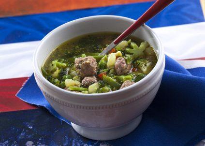 Sopa de legumes com almondegas