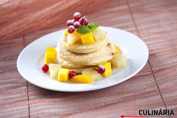 Panquecas com fruta e mel