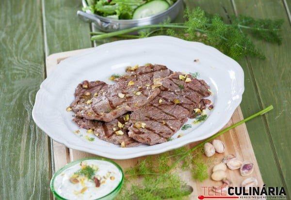 bife grelhado com molho grego