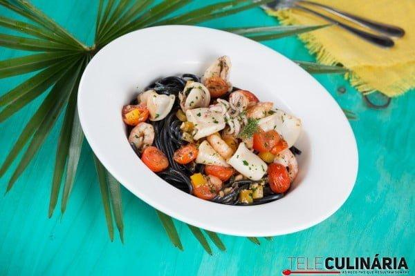Esparguete negro com lulas e camarões