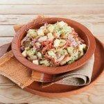 Salada de batata com carnes frias