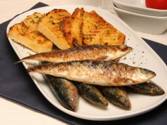 sardinha assada com pão grelhado