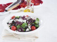 Salada de bacalhau com compota de cebola roxa