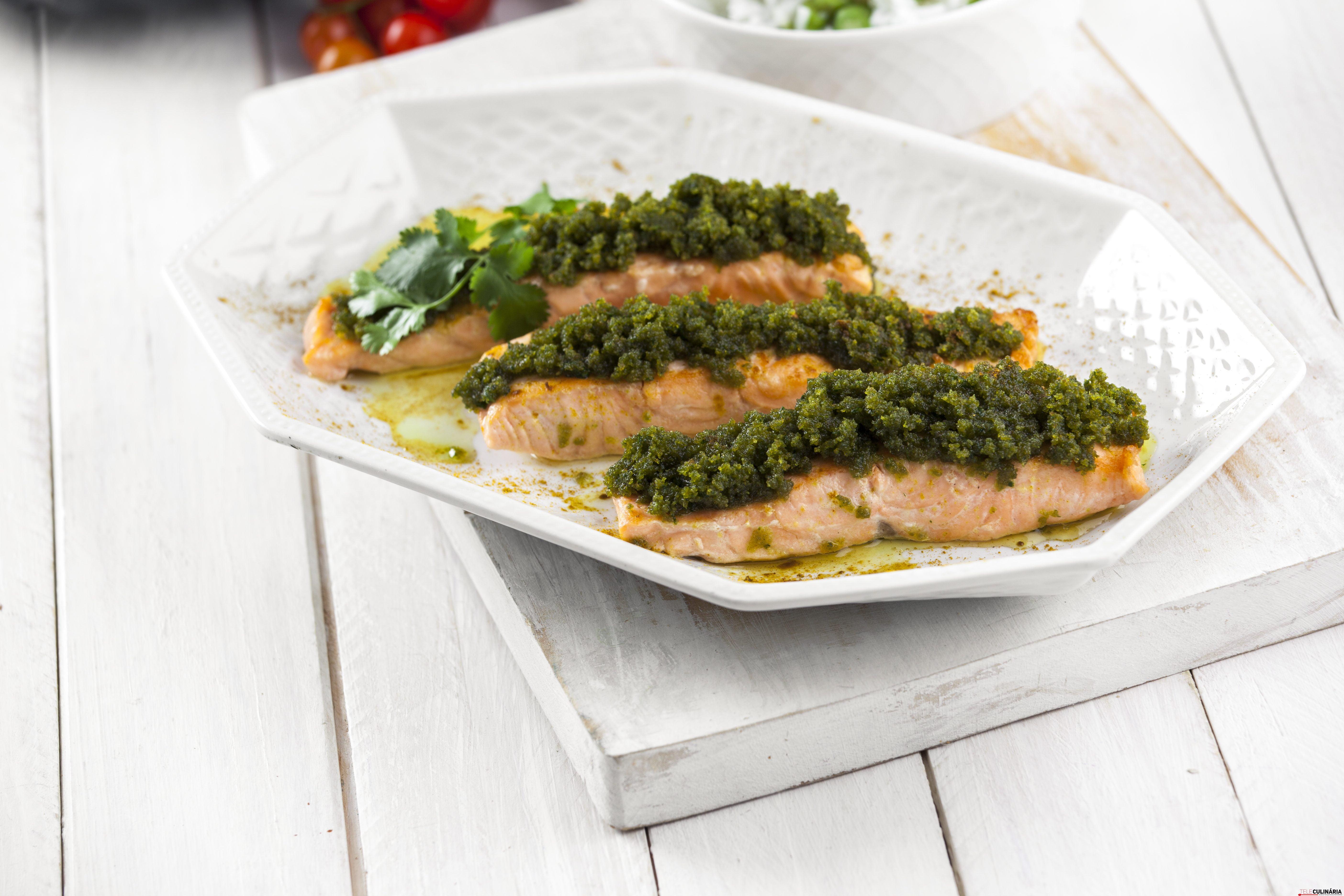 receita de salmão com pasta de coentro e caril