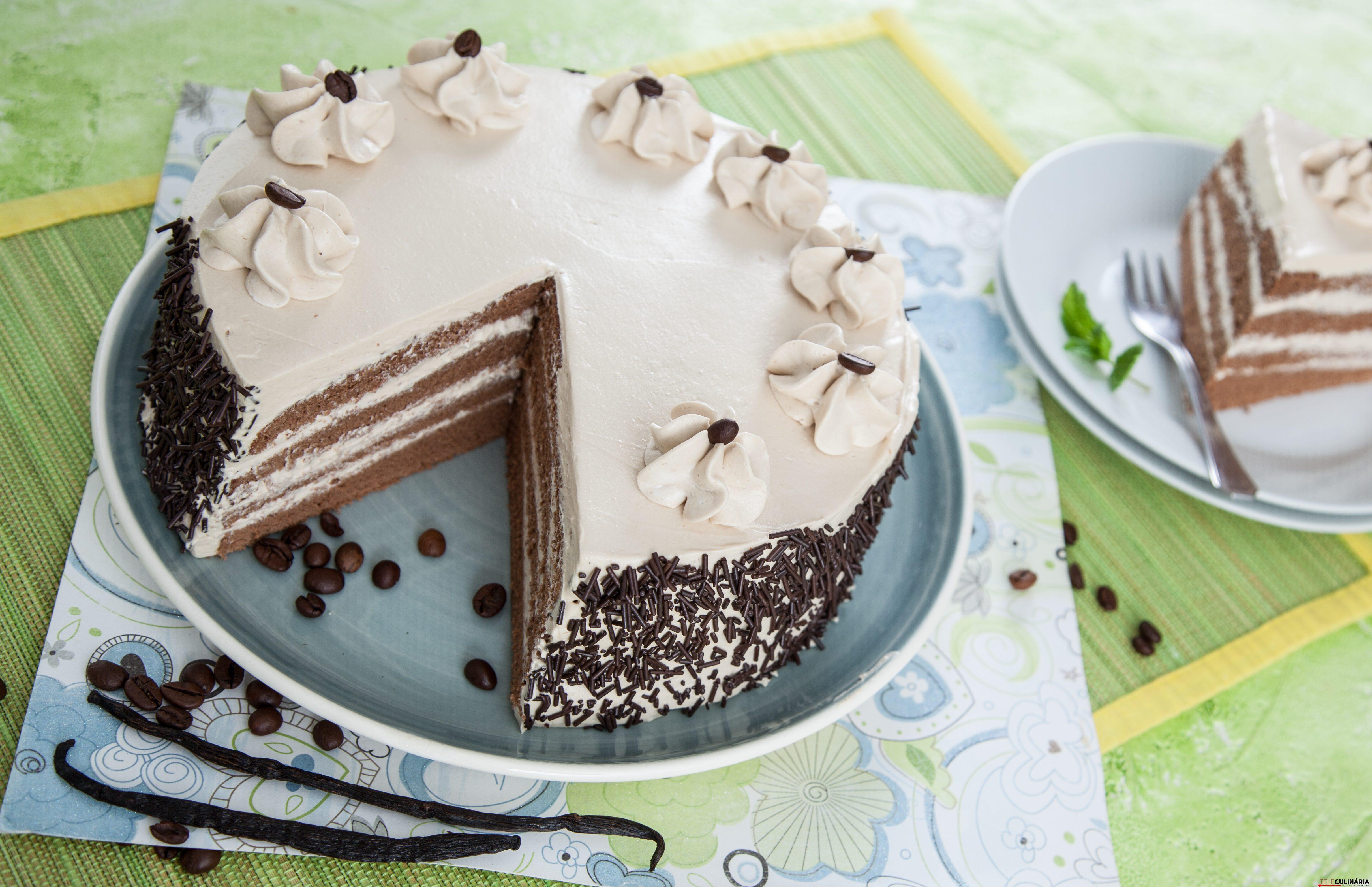 Bolo de chocolate com creme de café e baunilha