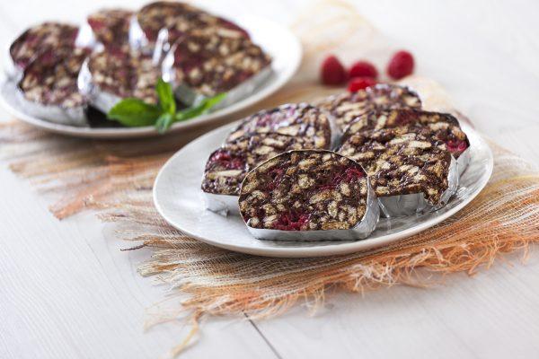 salame de chocolate com framboesas