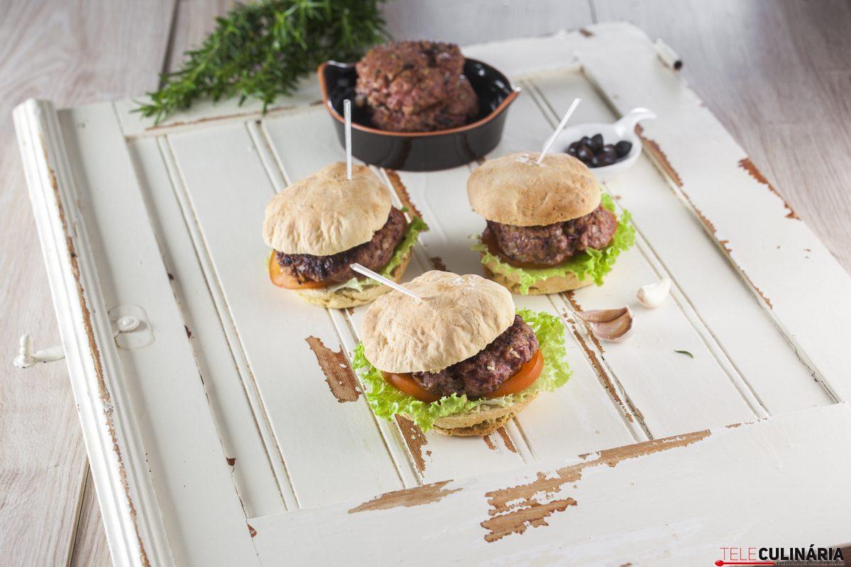 hambúrguer em pão do caco