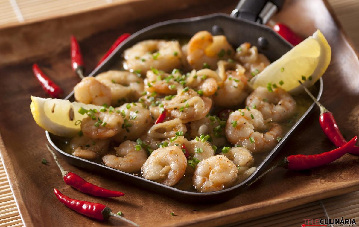 Camarões com alho, malagueta fresca e vermute