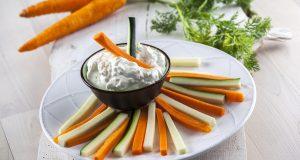 Dips de queijo creme com tiras de legumes