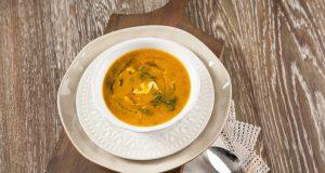 Sopa de espinafres com ovo esfarelado