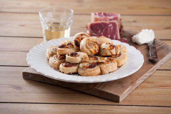 Folhados de queijo cabra e presunto