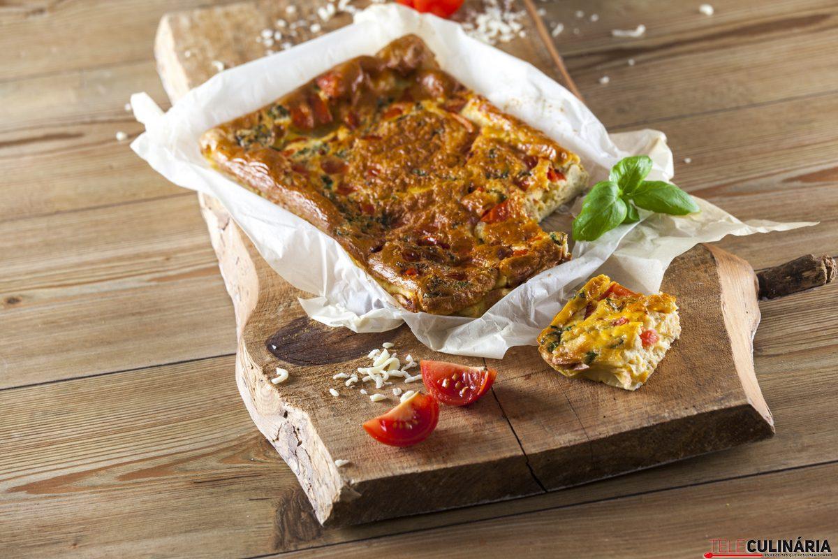 Tortilha de tomate, mozzarella e manjericão