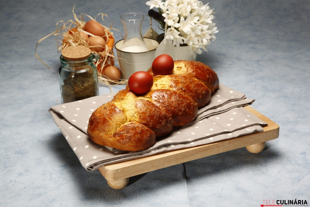 Trança doce de Pascoa com ovos 9