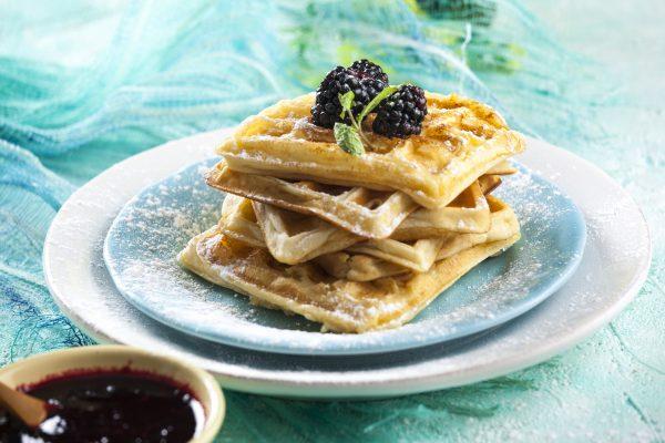 Waffles com molho de amoras