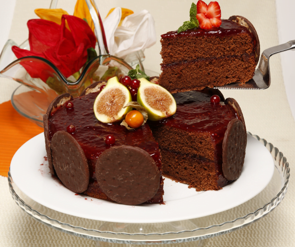 bolo de chocolate com compota de framboesas