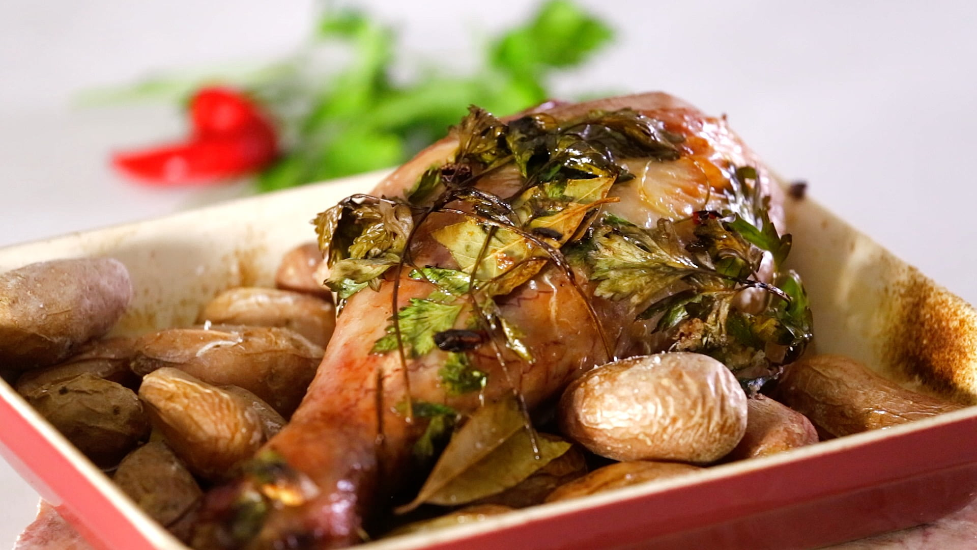 Perna de peru assada no forno com batatas