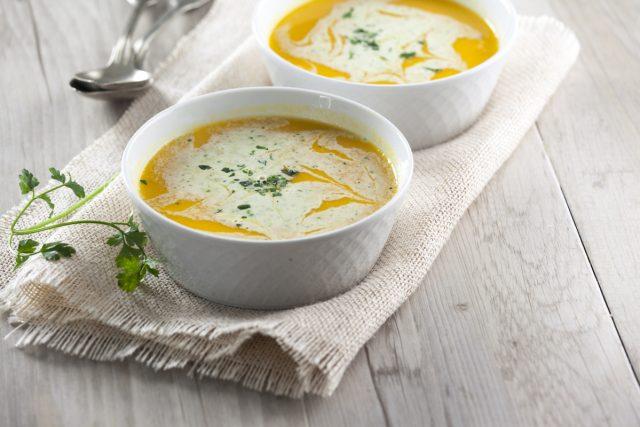sopa fria de cenoura e laranja com creme de fraiche de salsa