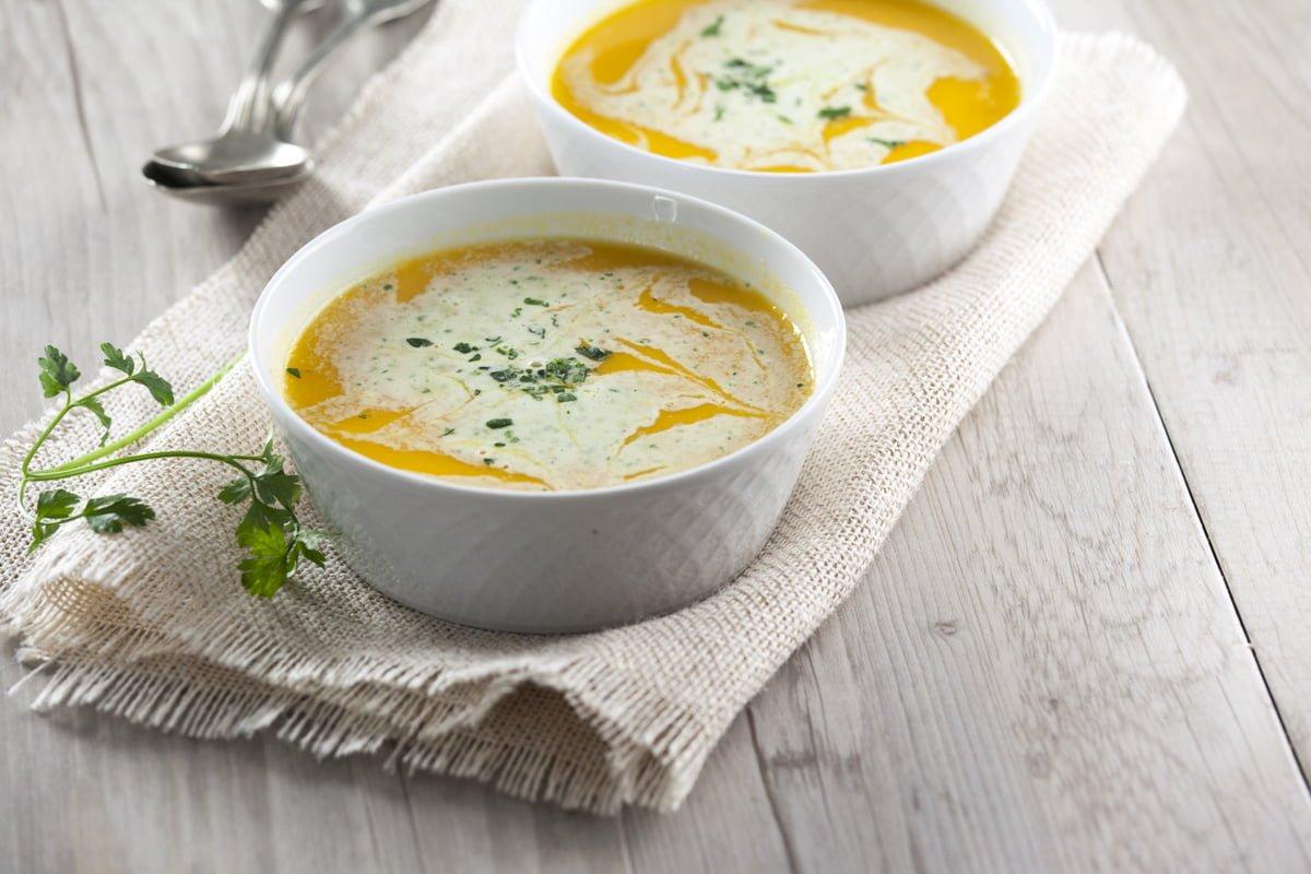 sopa fria de cenoura e laranja com creme fraiche de salsa