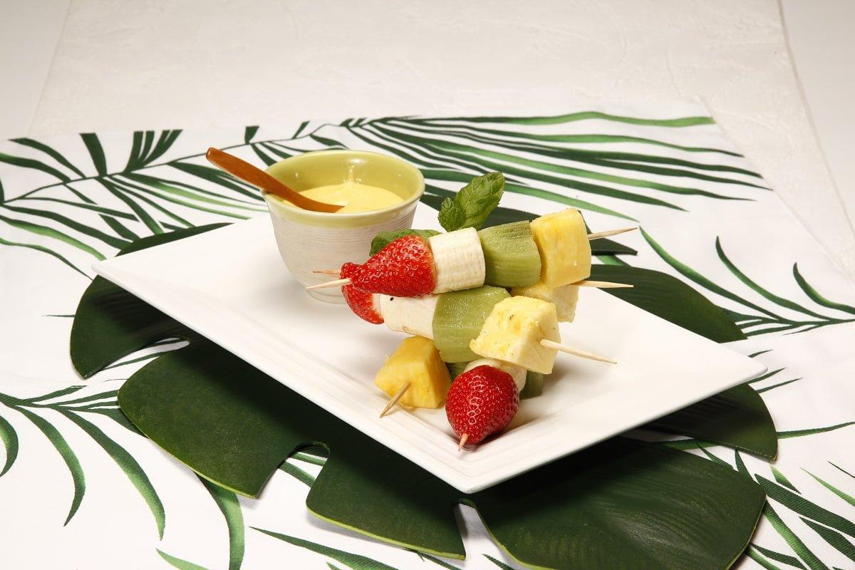 Espetadas de fruta com leite creme