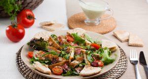 Salada de frango e bacon crocante