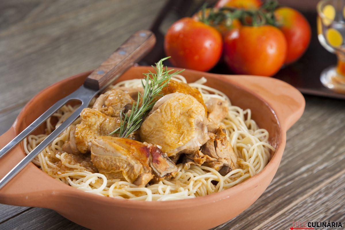 frango na cacarola com esparguete