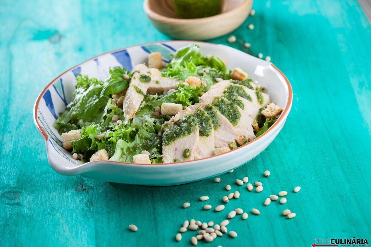 salada cesar com molho pesto