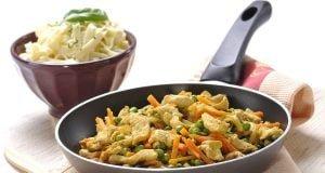 Peito de frango salteado com legumes