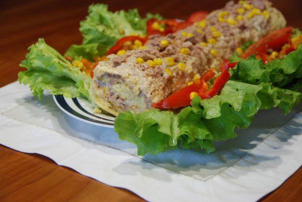 Torta de ovos com recheio de bechamel, atum e milho com salada de molho doce