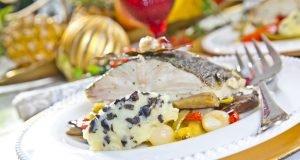 Bacalhau assado em cama de legumes e esmagada de batata com azeitona
