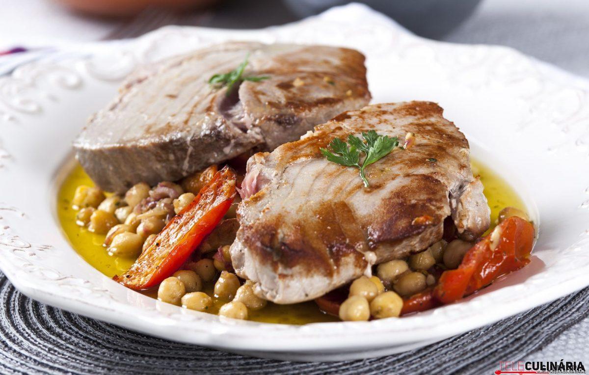 Bifes de atum com salada de grão e tomate assado