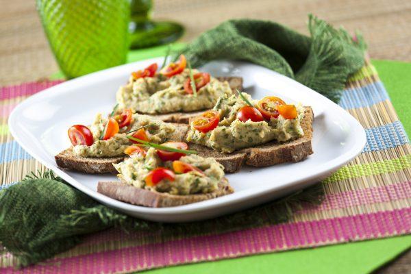 Crostine de grão, tomate e ervas