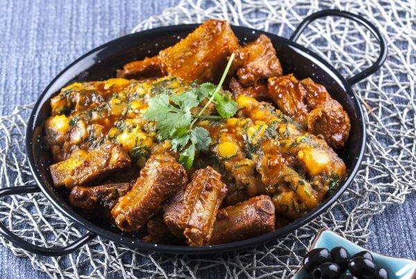 entrecosto frito com migas de batata à alentejana