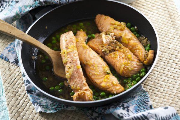 salmão escalfado com molho de gengibre