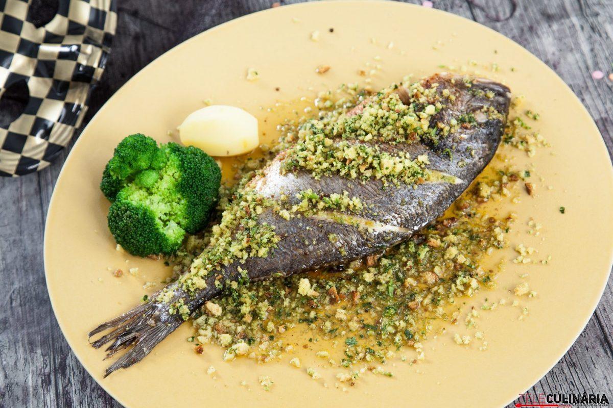 Peixe assado com crocante de broa