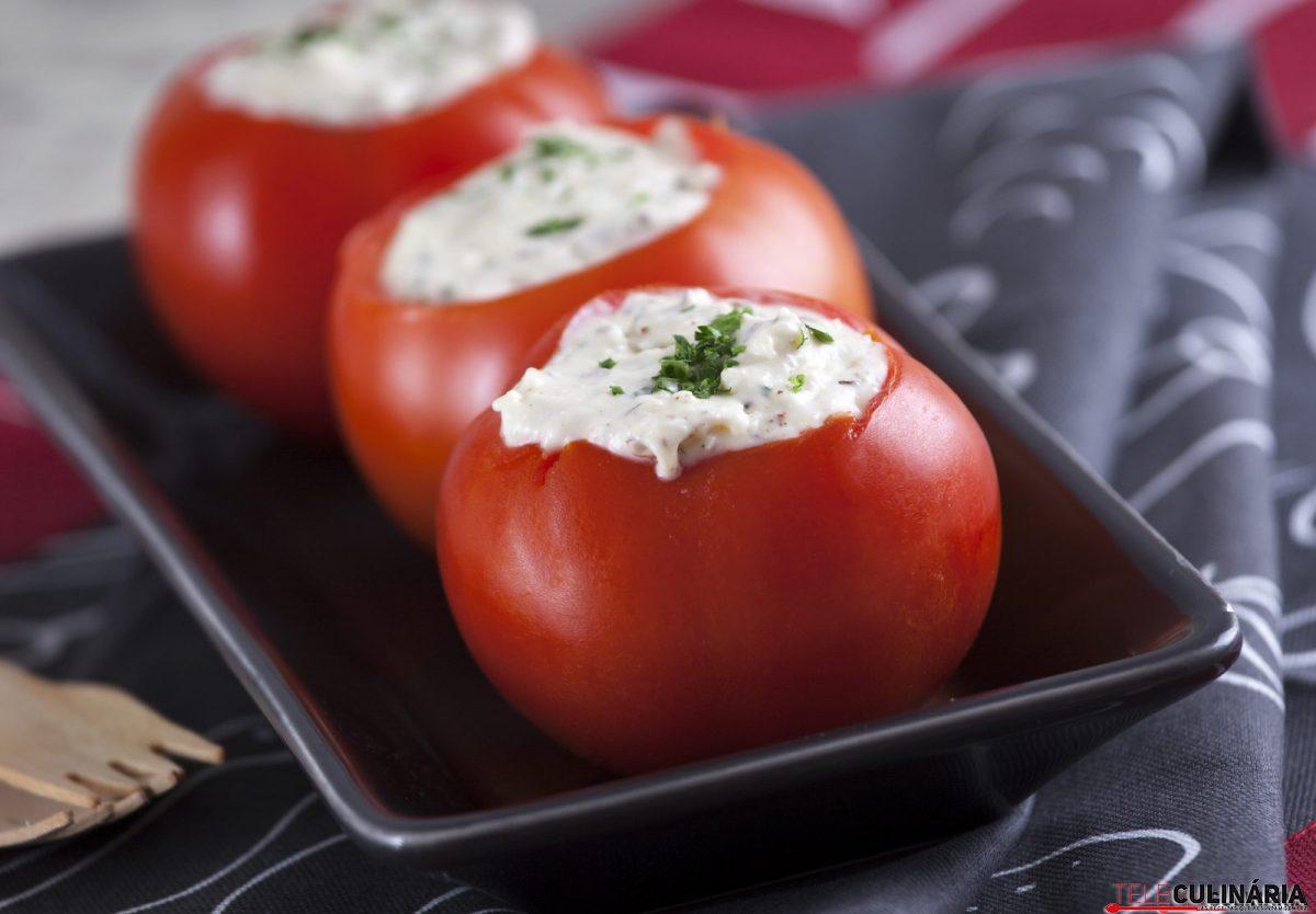 Tomates recheados com camembert, avelãs e salsa