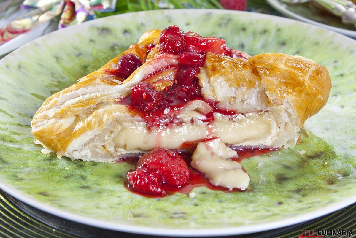 folhados de camembert com frutos vermelhos
