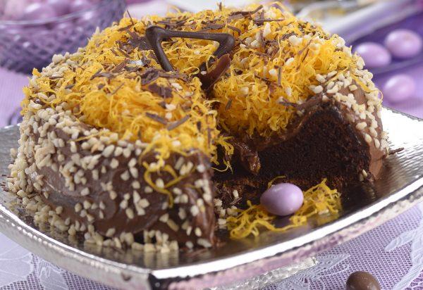 Bolo de chocolate com fios de ovos