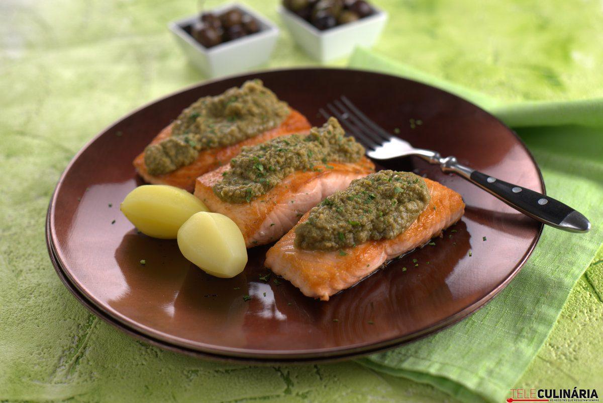 Medalhões de salmão com crocante de azeitona