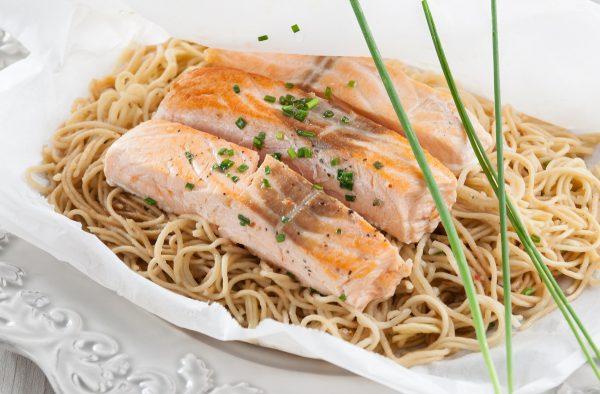 Papelote de salmão com noodles