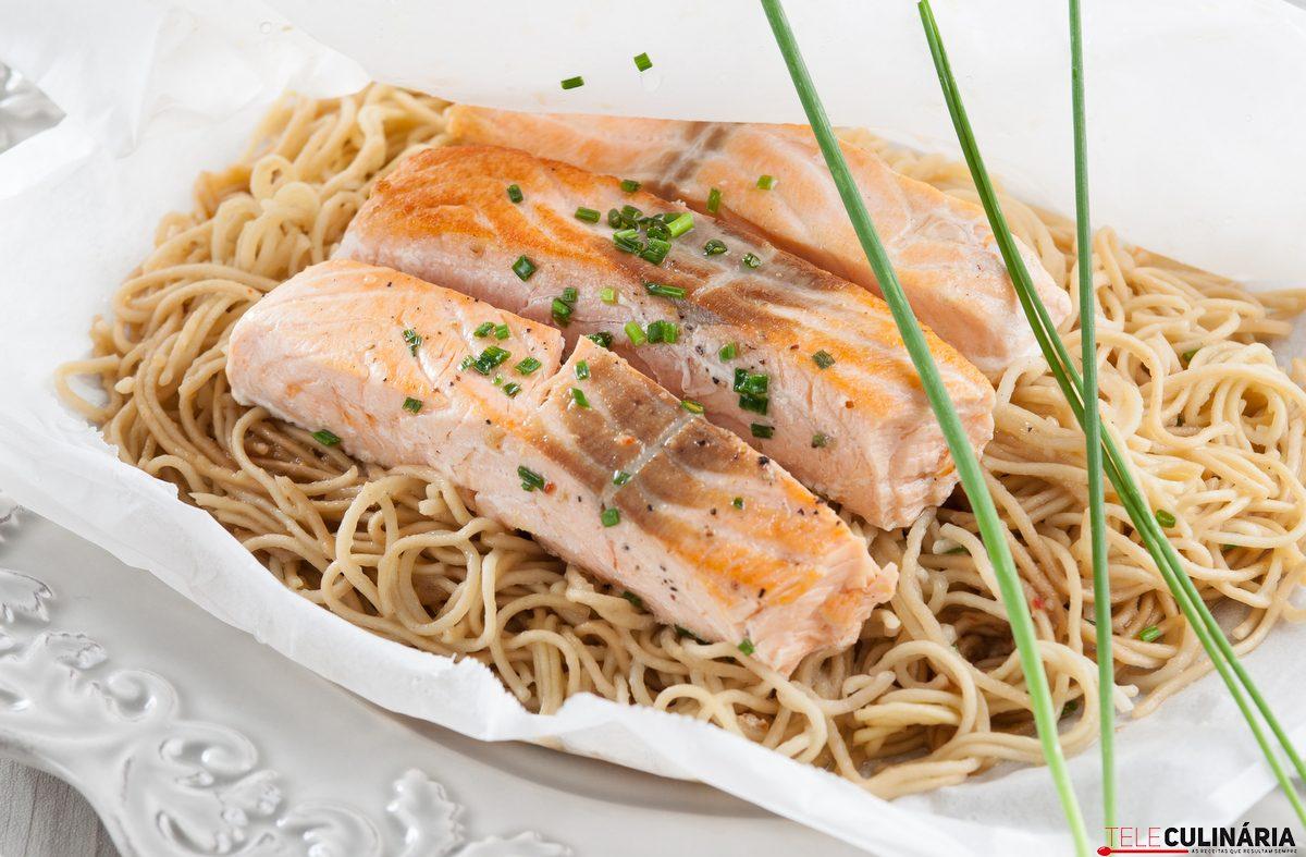 papelote de salmao com noodles